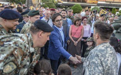 """Претседателот Пендаровски во Битола присуствуваше на отворениот ден за граѓаните со учесниците на воената вежба """"Одлучен удар"""""""