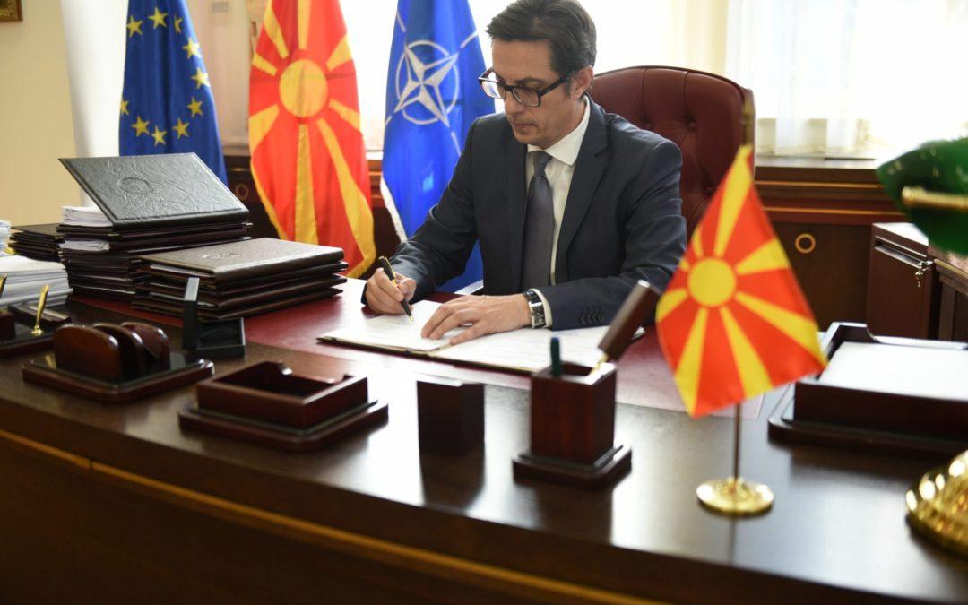 Претседателот Пендаровски потпиша укази за прогласување на 18 закони