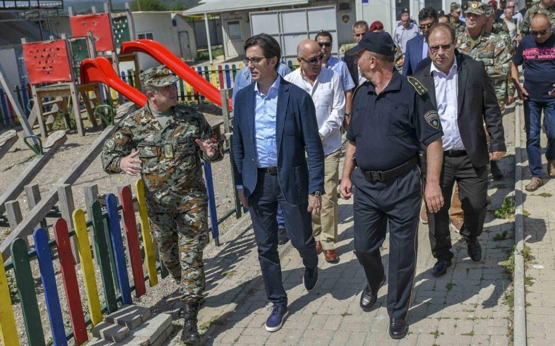 Претседателот Пендаровски ги посети армиските единици ангажирани на јужната граница и транзитниот центар за мигранти во Гевгелија