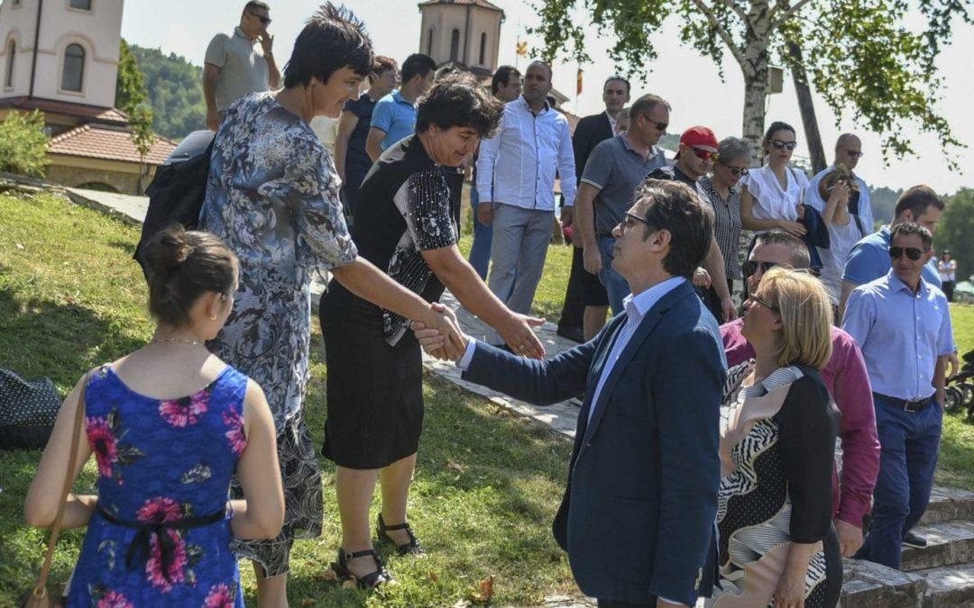 Претседателот Пендаровски се сретна со граѓани, производители на мед и рудари во Македонска Каменица