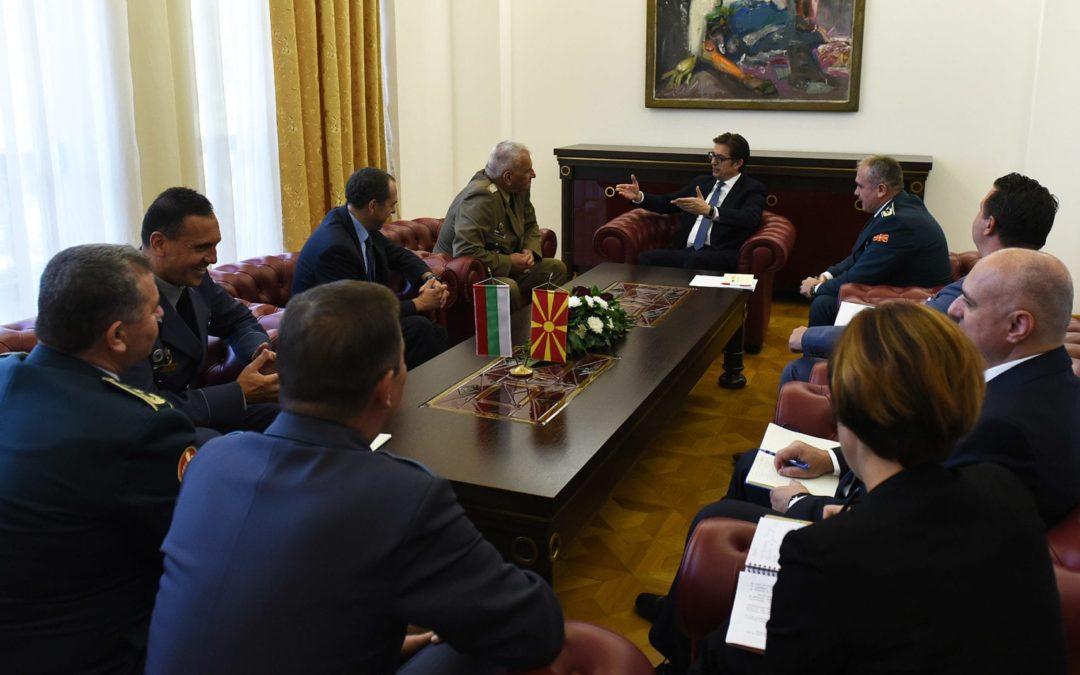 Претседателот Пендаровски прими делегација на Вооружените сили на Република Бугарија, предводена од началникот на Генералштабот, генерал Андреј Боцев