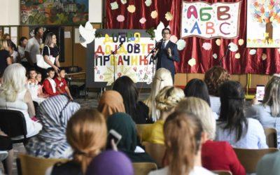 """Претседателот Пендаровски ги посети првачињата во ООУ """"Панајот Гиновски"""""""