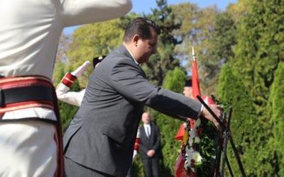 Делегација од Кабинетот на Претседателот положи цвеќе по повод Денот на Македонската револуционерна борба