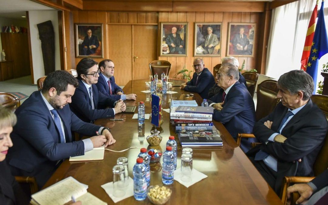 Претседателот Пендаровски ја посети Македонската академија на науките и уметностите