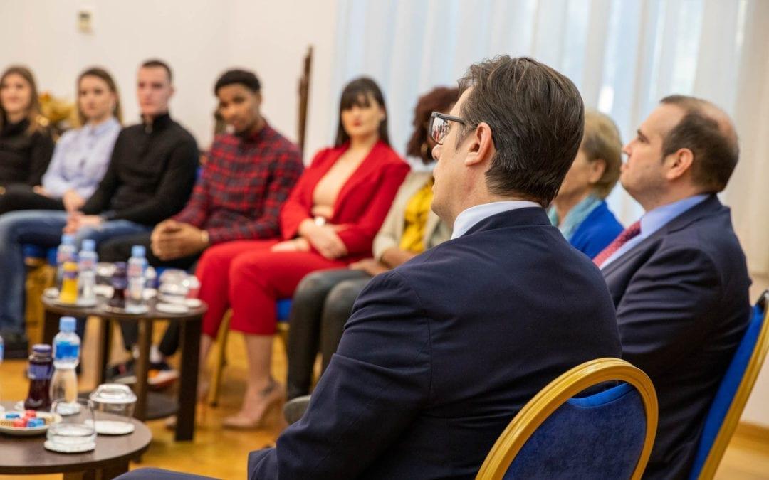 Presidenti Pendarovski priti student nga Universiteti i Gjenvës UMEF