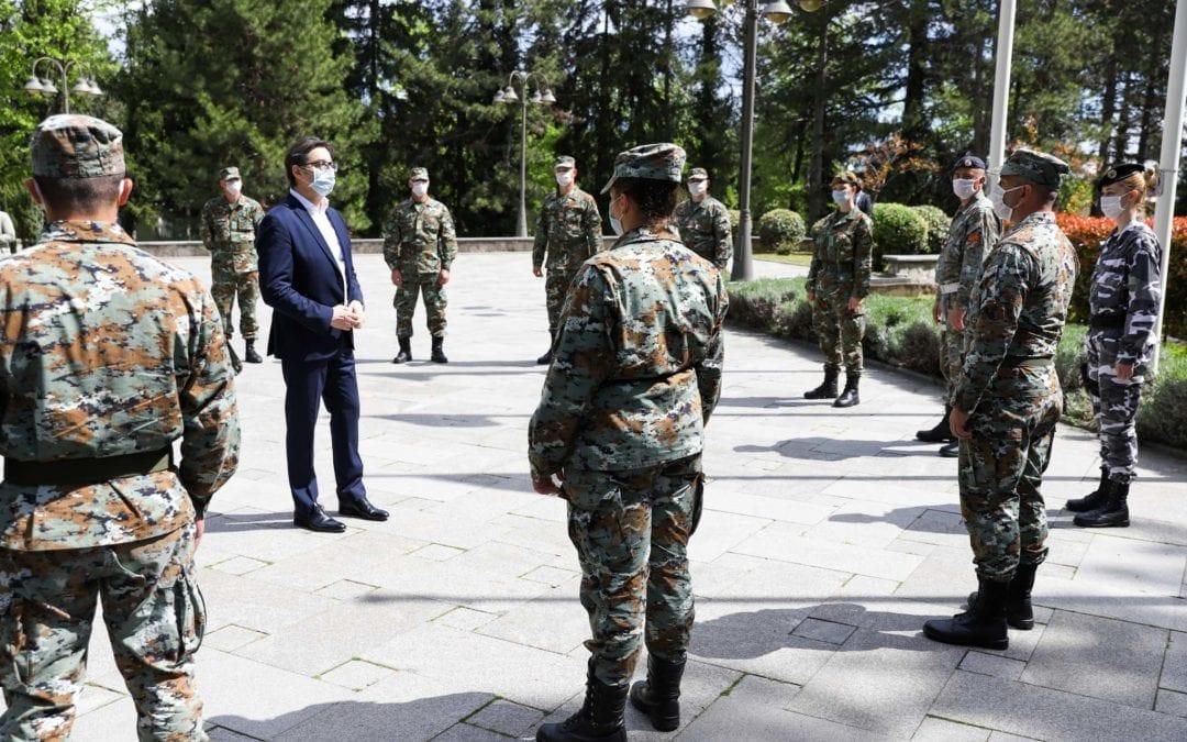 Претседателот Пендаровски прими припадници на Армијата кои учествуваат во справувањето со пандемијата на КОВИД-19