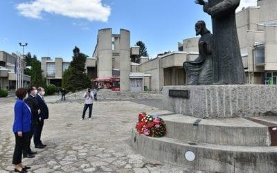 Vendosja e luleve me rastin e 24 Majit – Ditës së iluministëve pansllavë, vëllezërit e shenjtë Kiril dhe Metodij