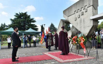 Делегација од Кабинетот на Претседателот положи цвеќе пред Споменикот на жртвите од скопскиот земјотрес од 1963 година