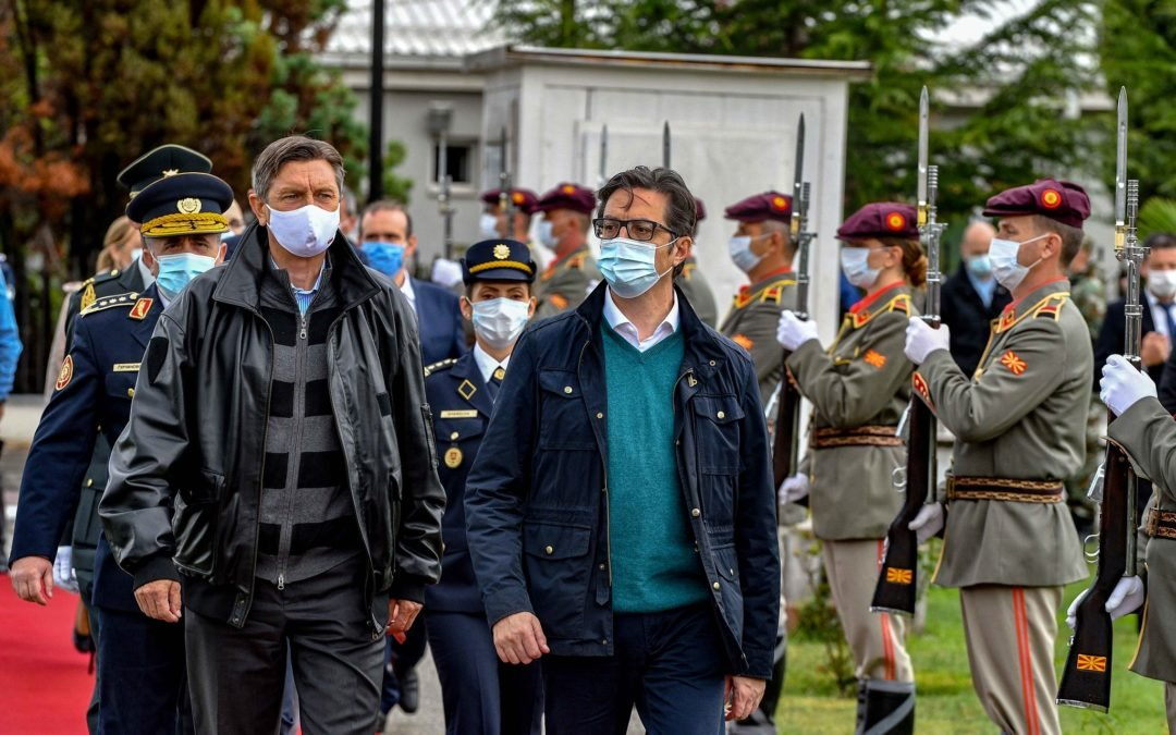 Presidentët Pendarovski dhe Pahor morën pjesë në stërvitjen prezantuese në Kampin për trajnim në ujë të Armatës së Republikës së Maqedonisë së Veriut