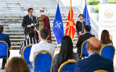 """Presidenti Pendarovski e dha mirënjohjen """"Unaza e inxhinierit"""" inxhinierëve më të mirë të diplomuar"""