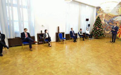 """Presidenti Pendarovski ndau çmimin """"Të Rinjtë e Suksesshëm"""""""