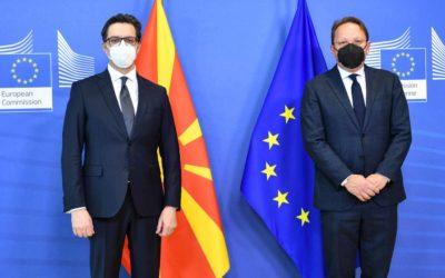 Средби на претседателот Пендаровски со еврокомесарот Оливер Вархеји и со Специјалниот претставник на ЕУ за дијалогот Белград-Приштина, Мирослав Лајчак