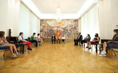 """Средба на претседателот Стево Пендаровски и неговата сопруга Елизабета Ѓоргиевска со членови на здружението """"Дневен центар Доза среќа"""""""