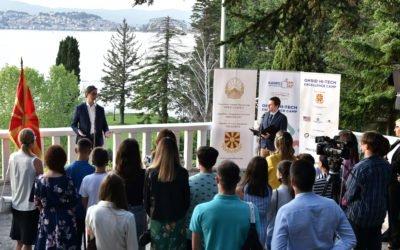 """Претседателот Пендаровски ги додели сертификатите на учесниците на """"Охрид камп за високо-технолошка извонредност"""""""