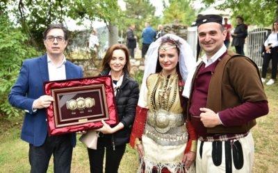 """Presidenti Pendarovski dhe bashkëshortja morën pjesë në """"Dasmën e Galiçnikut"""""""