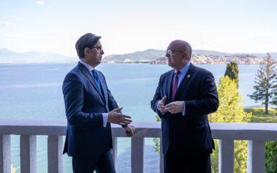 Takimi i Presidentit Pendarovski me Filip Riker: Përforcimi i mëtejshëm i partneritetit strategjik është në interes të të dy vendeve